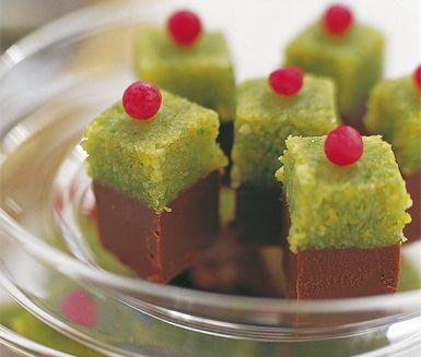 Utsökta små bakverk med en botten av pistagenötter, mandel och utsökt chokladsmet. Dekorera sedan de goda choklad- och pistagerutorna med mandelmassa eller marsipan.