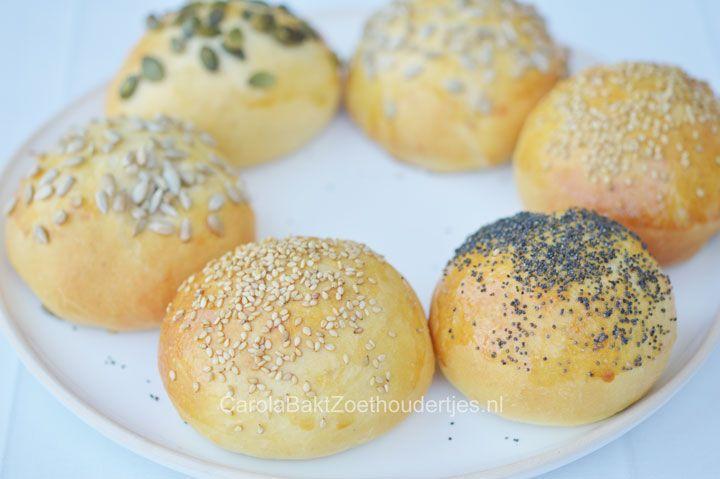 Witte broodjes bakken? Met dit recept bak je zachte witte bolletjes. Ze lijken een beetje op de luxe broodjes van de bakker. Een eenvoudig recept.