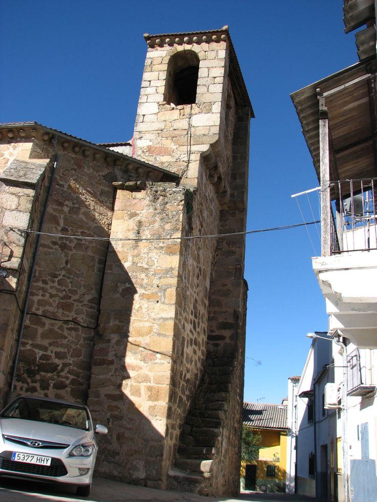 Torre de la Iglesia de Nuestra Señora del Olmo. Esta parroquia es del siglo XV de estilo gótico de transición, algo poco frecuente en España. Llaman la atención sus contrafuertes.