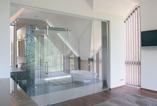 Glazen scheidingswand voorzien van een schuifdeur | vidre glastoepassingen | Leiden