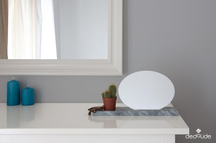 ELLIS Specchio da tavolo - Table Mirror Un'ellisse d'argento su una base di marmo bardiglio nuvolato. #dedalide #deda #design #specchio #mirror #madeinitaly #homedecor #arredamento #marmo