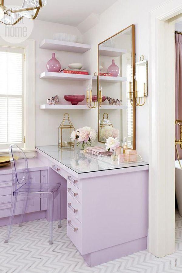 Decoração de quarto  com branco , lilás e dourado .
