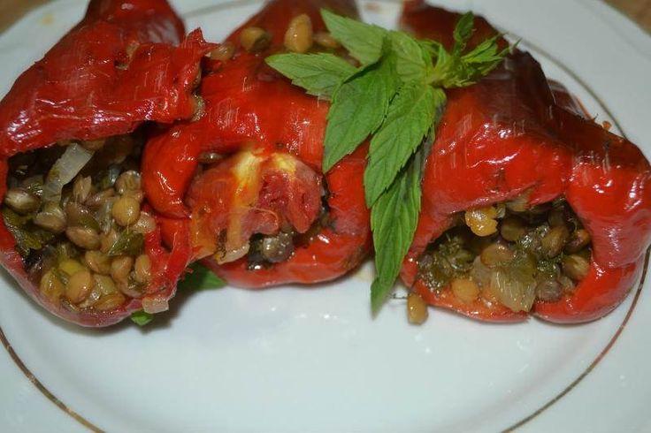 Mercimekli Kırmızı Biber Dolması  -  Zehra Şener #yemekmutfak.com Zeytinyağlı yeşil mercimekli biber dolması diyet yemeği olarak da yenebilen çok lezzetli ve besleyici bir yemektir. Vejeteryan beslenme için de iyi bir alternatiftir.