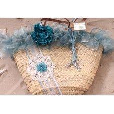 Deze exclusieve rieten strandtas in Ibiza style is bekleed met licht blauwe roesjes, een blauwe bloem en een ketting met hartjes. Een licht blauw/witte bies met een gehaakte bloem en daarop een bloem van aqua kleurige kralen.   Van elk exemplaar is er maar één gemaakt!