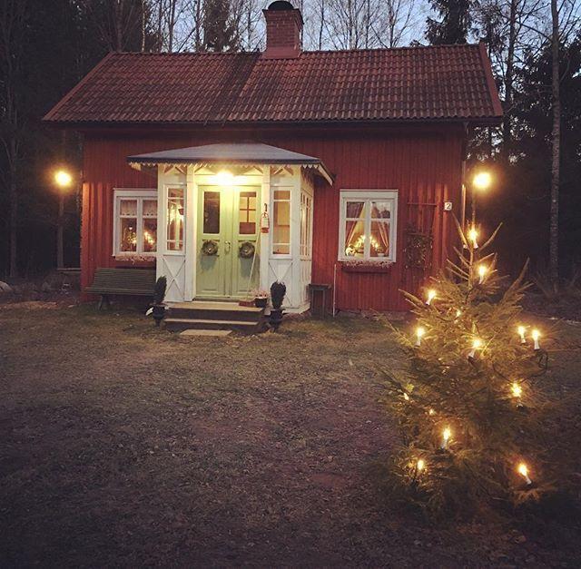 Adventsgran, ljusstakar och stjärnor. Men när kommer snösmockan? ❄️ #jul #advent #gran #värmland #torp #sekelskifte #byggnadsvård #kristinehamn #ölme #farstu #pardörrar