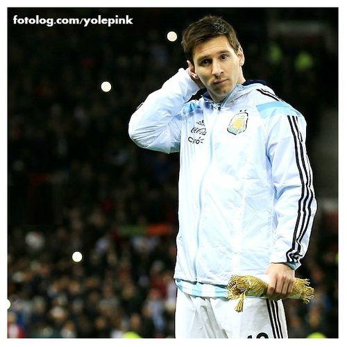 Leo Messi : Mais uma foto do jogo de ontem contra Portugal.  Leo já retornou para Barcelona, mas hoje ganhou o dia livre pra descansar.  Bj | yolepink