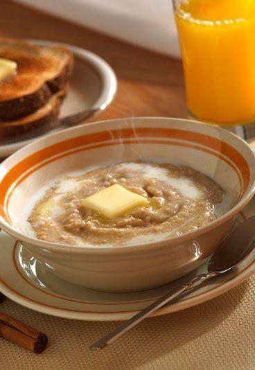 Pour faire un porridge léger : cuisez vos flocons d'avoine dans de l'eau avec une pincée de sel, puis liez avec un lait végétal et sucrez avec du sucre de canne non raffiné, du rapadura, du sucre de coco ou du miel. Agrémentez de cannelle ou de morceaux de noisette