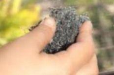 rayure vitre Frottez le verre ou la vitre avec : 1 -  un linge roulé en tampon ou un tampon de feutrine légèrement humidifié et saupoudré de cendre de cigarette.   2 -  un linge imbibé de rouge à polir  3 -  un linge roulé en tampon imbibié d'un tout petit peu de produit revitalisant pour meuble.  4 -  un linge imbibé de dentifrice.   5 -  un chiffon en coton (le plus doux possible) imbibé de  pâte éfface rayures pour carrosserie de voiture  6  - de laine de verre extra-fine.