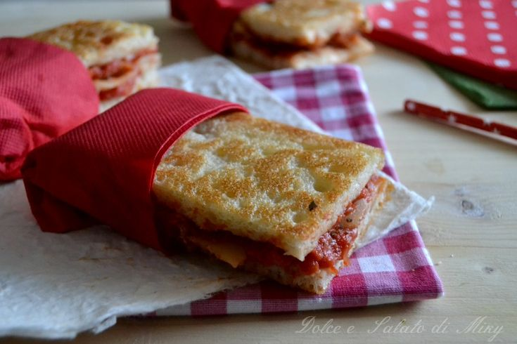 Pizzette da pic nic, semplici e buone da mangiare sia calde che fredde quindi ideali da portare fuori casa.