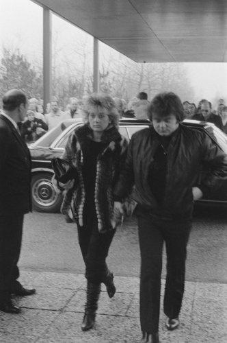 Grote belangstelling bij de crematie van Willy Alberti; André Hazes met zijn ech…