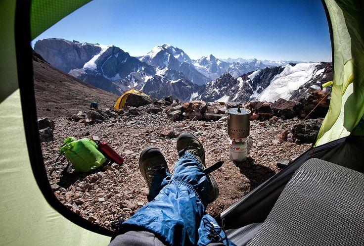 Der Fotograf Oleg Grigorjew hat diesen Augenblick immer wieder festgehalten. Im Mittelpunkt: seine Füße! Hier in 4700 Meter Höhe vor der Serafschankette in Tadschikistan.