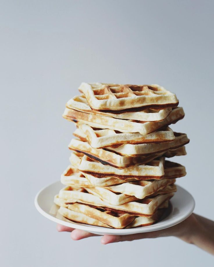 """Mi piace"": 2,259, commenti: 32 - svet (@a_violet_dream) su Instagram: ""Who wants waffles for breakfast?😉 В раннее утро четверга мы с @dasha_erantcheva строили вафельные…"""
