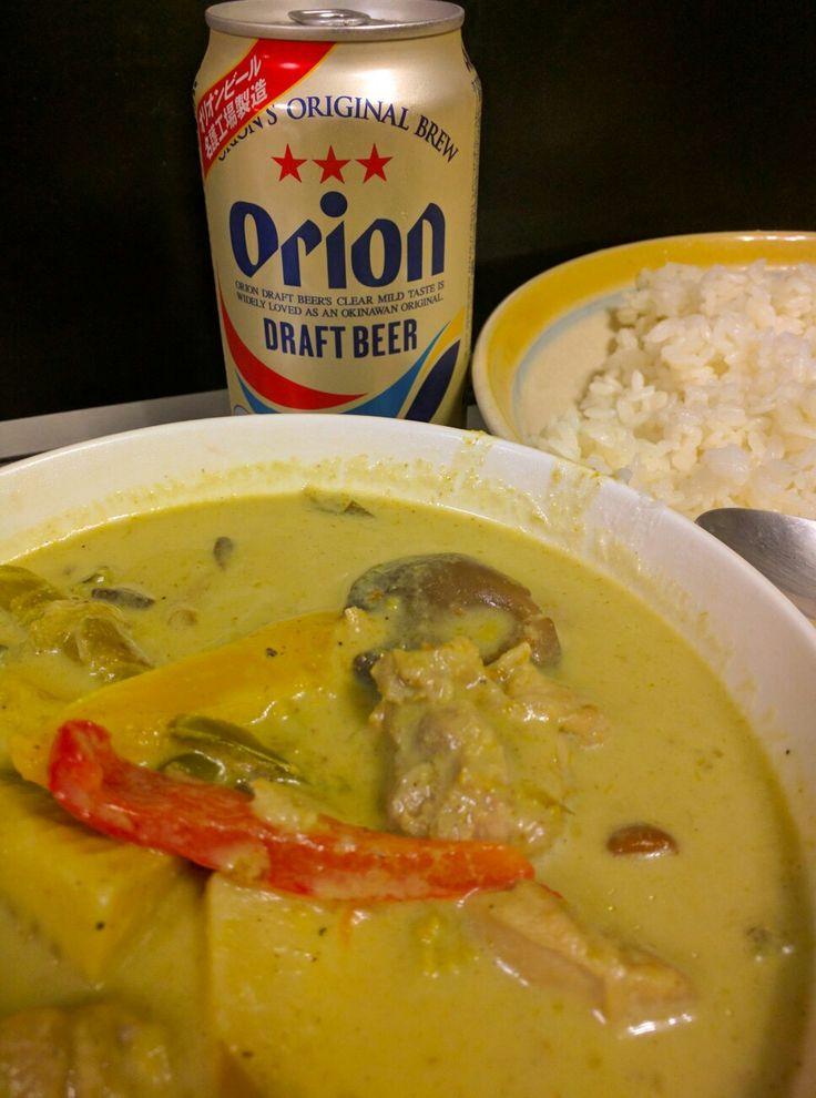 タイのグリーンカレーはスープカレーなわけで、ご飯の上にカレースープを全部かけて食べてもいいのだけれど、カレースープとご飯は別々の器によそっておいて、食べる分だけのカレースープをスプーンでご飯に少しずつかけて食べるほうが、やっぱりおいしいなあ…と今夜わかった46才のおじさん。 #グリーンカレー