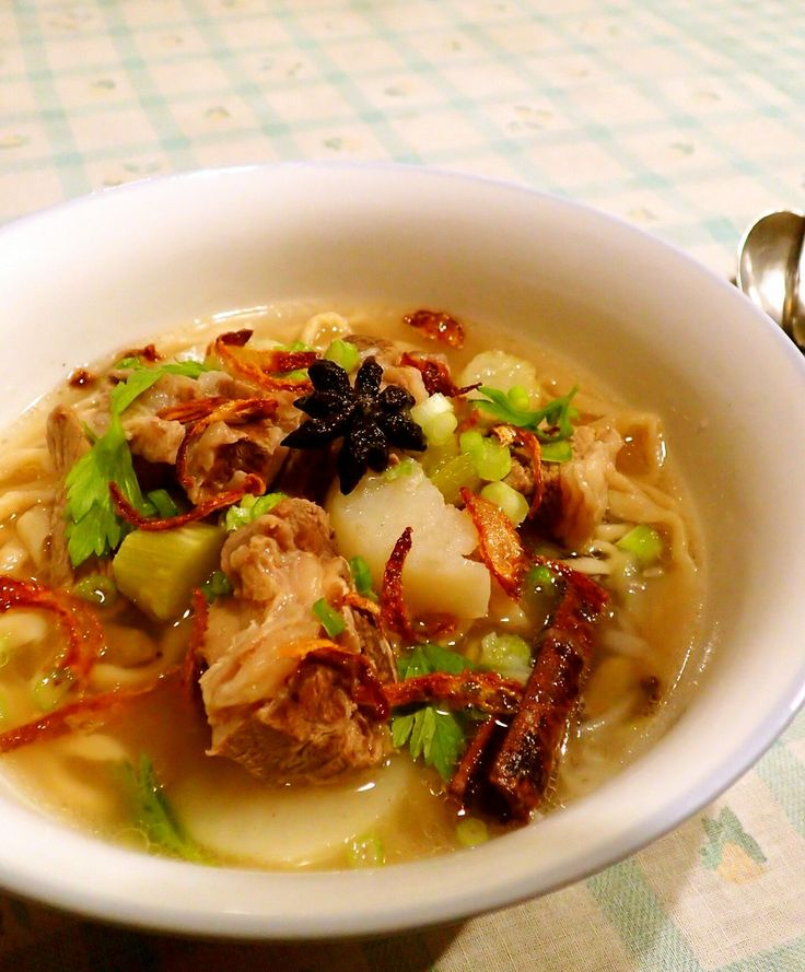 マレーシアのスパイシー・ビーフスープ    いろいろなスパイスを加えて奥深く、それでいて辛くない。牛エキスの旨みをじんわり味わうスープ。     材料 (2~3人分) 骨付き牛肉(カルビなど) 500g サラダ油 大さじ1 A 八角 1個 A シナモン 1本 A カルダモン 2粒 A クローブ 3粒 A 玉ねぎ 1個 A 生姜(すりおろし) 小さじ2 A にんにく(すりおろし) 小さじ1 セロリの茎 1本 B コリアンダー粉 小さじ1 B クミン粉 小さじ1/2 じゃがいも 1個 塩こしょう 適宜 茹でた中華麺 人数分 C 青ねぎ(小口切り) 適宜 C セロリの葉 適宜 C 揚げ玉ねぎ 適宜