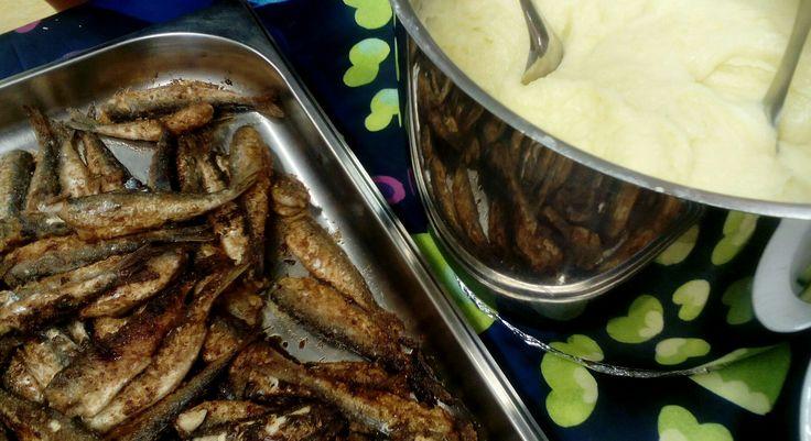 Paistetutmuikut ja perunamuussi perinneruokapäivänä oppilaille.