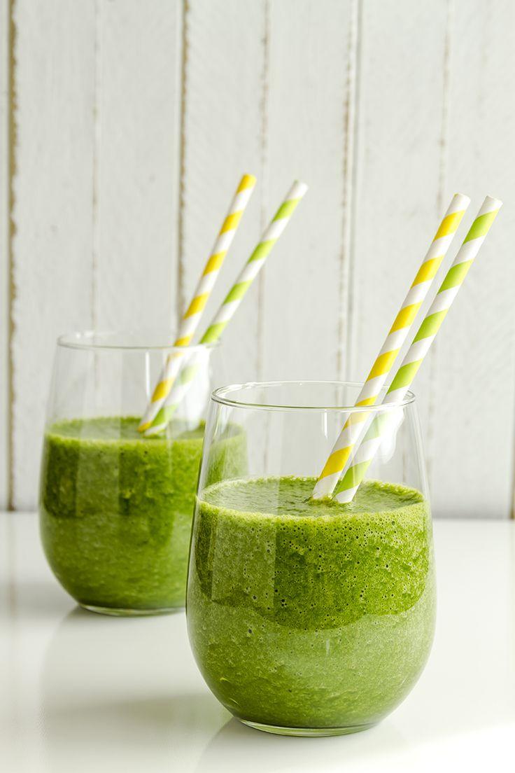 Een overheerlijke groene smoothie van spinazie, mango en sinaasappelsap, die maak je met dit recept. Smakelijk!