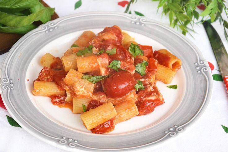 La pasta allo scarpariello è una ricetta molto antica. Nacque nei Quartieri Spagnoli di Napoli ma non ci mise poi molto a diffondersi in tutta la Campania,