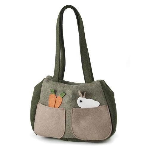 BORSA CONIGLIETTO   -  Borsa in lana cotta decorata da coniglietto e carotinei. Due tasche esterne e una tasca interna con zip. Chiusura con zip.