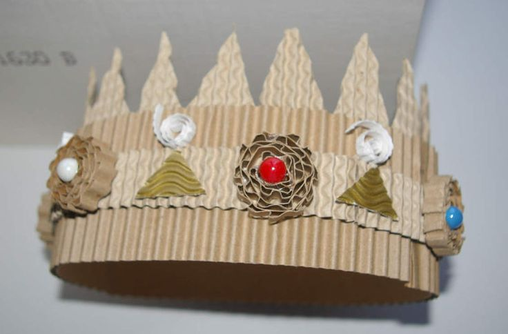 I could not read the language on this blog, but the pictures show how to make crown from recycled materials - such as cardboard boxes.  I love the flowers!  Fun Project for Earth Day. Recommended by Charlotte's Clips