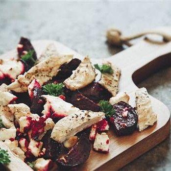 Timjanstekt kyckling med fetaostgratinerade rödbetor och persilja - Recept - Tasteline.com