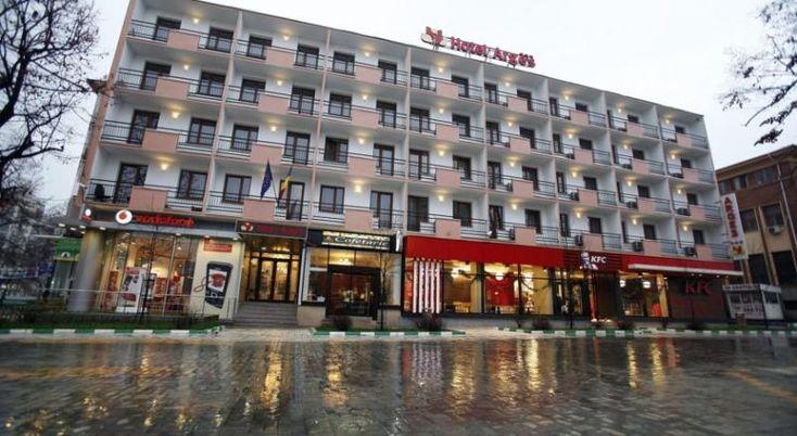 Hotel Arges #Hoteluri Pitesti. Hotelul Arges este situat în centrul orasului Pitesti, chiar lânga centrul comercial Trivale. Acesta dispune de camere izolate fonic si ofera Wi-Fi gratuit in intreaga incinta, precum si un serviciu de transfer de la aeroport. Toate camerele hotelului Arges sunt dotate cu aer conditionat, un minibar si un televizor LCD prin satelit. In plus, camerele au balcoane private, oferind vederi spre centrul istoric al orasului. Un mic dejun tip bufet, alcatui…