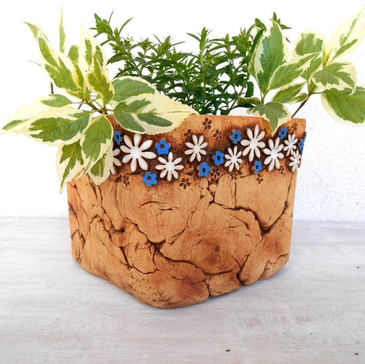 hranatý+květník+-+kopretiny+a+pomněnky+-hranatý+květníkna+venkovní+použití,+uvnitř+glazován,+můžete+osázet+přímo+nebo+použít+jako+obal+na+květináč,+v+detailech+(rozmístění+kytiček+apod.)+se+mírně+liší+-+šamotová+hlína+-výška+cca13+cm+(vnitřní+cca12),délka+strany+cca+16+cm(vnitřnícca+15)++....zasílám+jako+křehké+zboží+