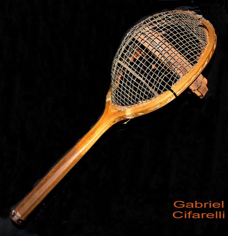 """""""Cuaresma""""  // Objeto instalación (Raqueta de Tenis y casco de esgrima) - Gabriel Cifarelli"""