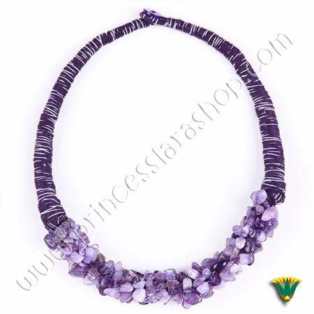 Collar gargantilla realizado con hilos de algodón en tono lila y piedras chip de amatista. Tamaño aprox: 40 cm http://www.princesslarashop.com/tienda.php?dir=90#