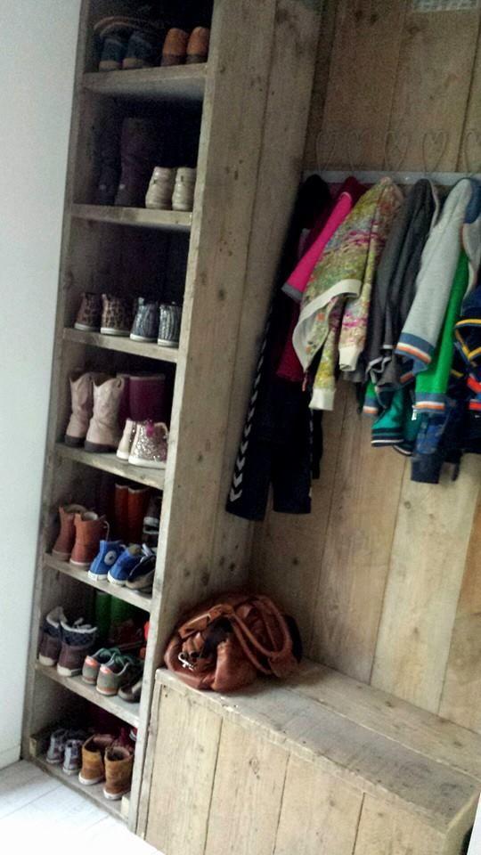 Ons eigen ontworpen en gemaakte halmeubel: Schoenenkast, Kapstok, bank met daaronder een kattenbak