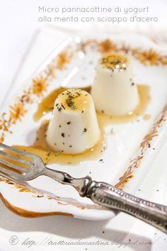 Queste micro pannacotte allo yogurt, sono un modo per alleggerire un dolce mantenendone il sapore. Menta e sciroppo d'acero le rendono gustose e fresche.