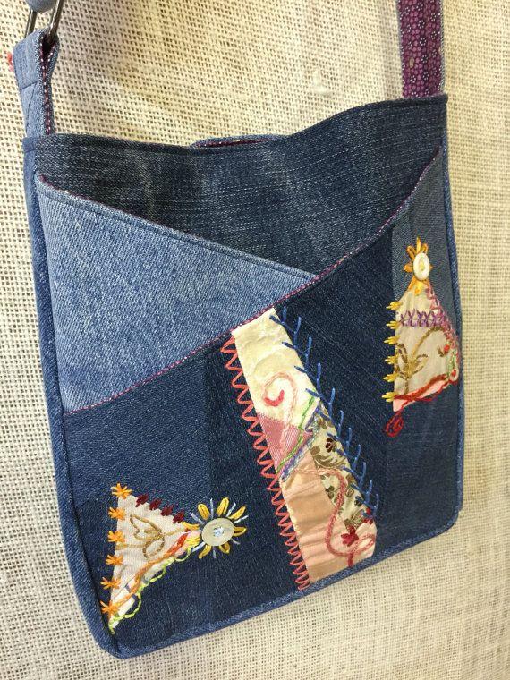 Deux amis ~ de mèche ~ ont créé ce merveilleux, synergique, amusant et sac fantaisie. Une belle combinaison de fou matelassé de couleur et de texture Orne un robuste sac hanche qui est complètement unique et confortable à porter.  Amoureusement fabriqués à la main (x 2!), ce sac est construit à partir dupcycled bleu denim jeans et propose deux poches extérieures ornées de crazy quilting. Une variété de tissus ont été cousus à la main et décorés avec le fil coton à broder.  Entièrement doublé…