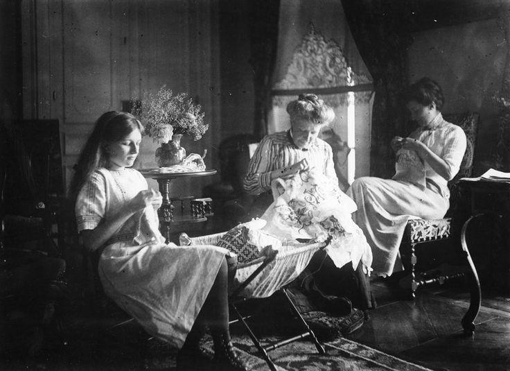 feuille-d-automne:  Trois générations de femmes tirent l'aiguille, Faverges-de-la-Tour - Vers 1900 Coll. Musée dauphinois