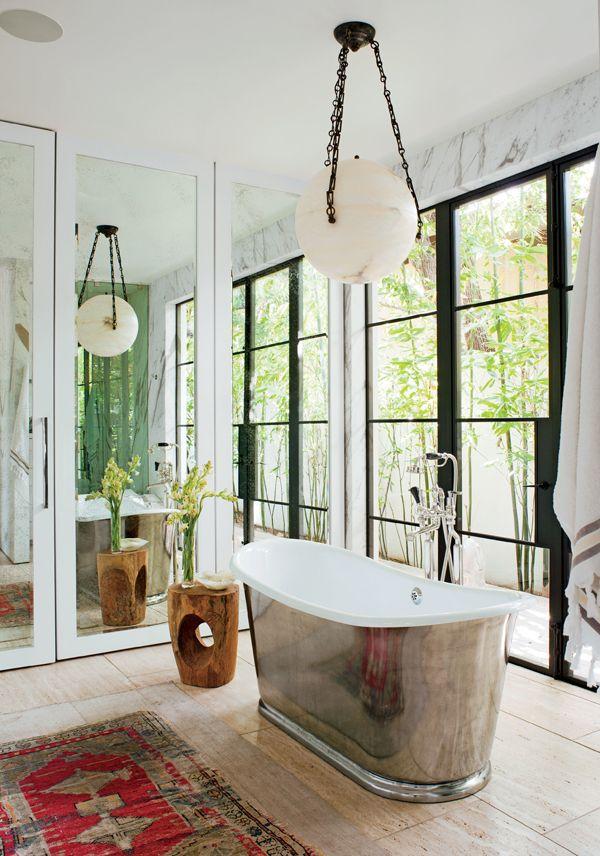 Banheira de níquel polido e acabamentos em mármore foram as apostas da designer de sapatos e roupas Jenni Kayne #decor #banheiro