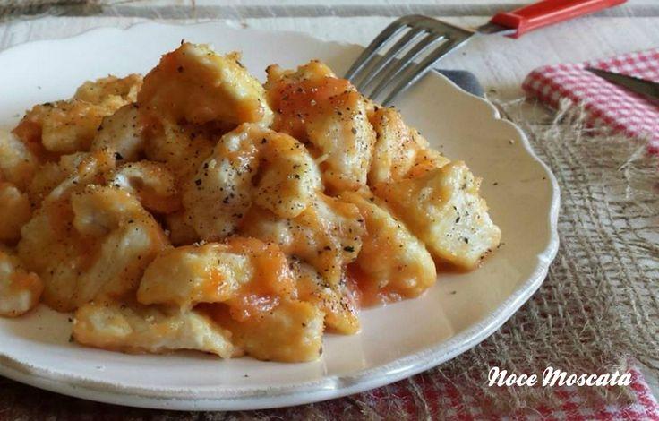 Il pollo all'arancia è una ricetta che si prepara in dieci minuti, ideale per chi va sempre di chi corsa, e per chi adora gli agrumi!