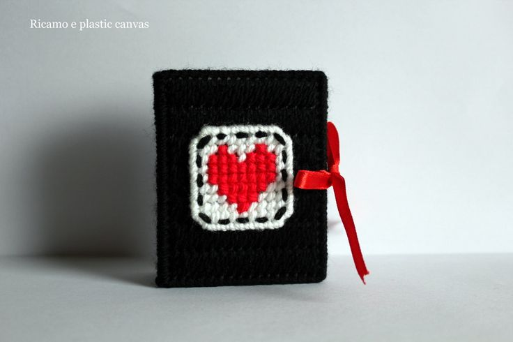 Porta rossetto nero decorato con cuore rosso fatto a mano in plastic canvas, regali natale,regalo donna di Ricamoeplasticcanvas su Etsy
