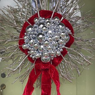 Deck the halls with a nice spin on a stick wreath from @vervehomefurnishings  . . . #kiostorage #kio #keepitorganized #closet #diy #diycloset #shelves #diyshelves #shelving #closetkit #shelvingunit #organize #organizer #tidy #homeorganizer #homeorganization #homedecor #homestorage #simplify #aplaceforeverything #declutter #easytoinstall #moderndesign #modernstyle #madeintheusa #sparkjoy #holidaysarehere #celebrate #happyholidays