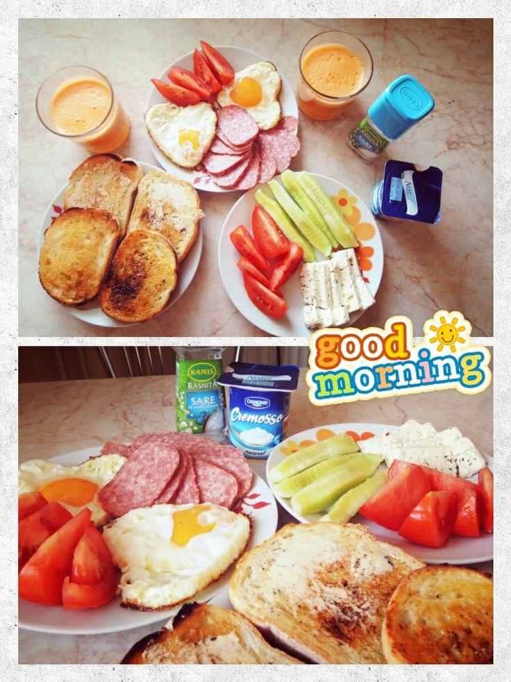 Mic dejun de weekend: pâine prăjită, ouă ochiuri, salam, roșii, castraveți, telemea/iaurt, suc proaspăt stors de portocale, mere și morcovi