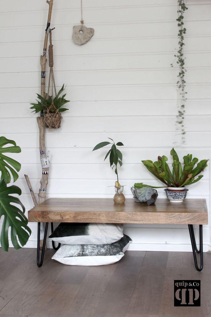 Het massief mango houten blad is makkelijk schoon te houden en de hairpin poten maken de salontafel rank, maar stabiel. - quip&Co   industrieel design -