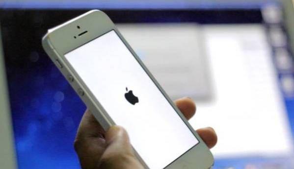 À force de télécharger des applications et de l'utiliser en permanence, votre iPhone peut se mettre à ramer. Ce qui n'est pas très agréable. À chaque fois que vous avez ce problème, voici quoi faire Découvrez l'astuce ici : http://www.comment-economiser.fr/iphone-lent.html?utm_content=bufferf3cc2&utm_medium=social&utm_source=pinterest.com&utm_campaign=buffer