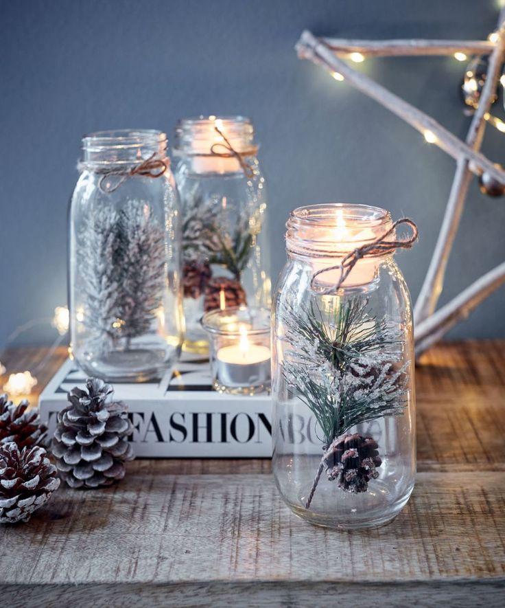 Deko-Teelichtglas Zapfen, Kleiner natürlicher Zweig mit Zapfen im Glas, Weihnachtsdekoration.