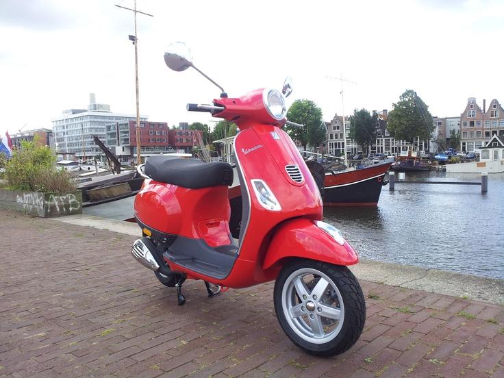 Vespa LX in de kleur rood