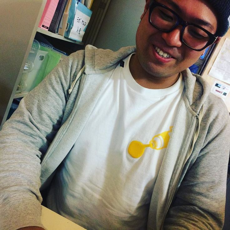またまたさくらworksの真間さんがinink Tシャツを着てくれてた黄色のpaint Tシャツだ実はこの日が真間さん最後の日だったんですお疲れ様でしたそしてありがとうございましたこれからもinink Tシャツを着続けてください  #ininktshirt #tshirt #Tシャツ #さくらWORKS #オフィス #fashion #ファッション #ブラック #fashionstyle #t シャツ #デザイン #design #3D