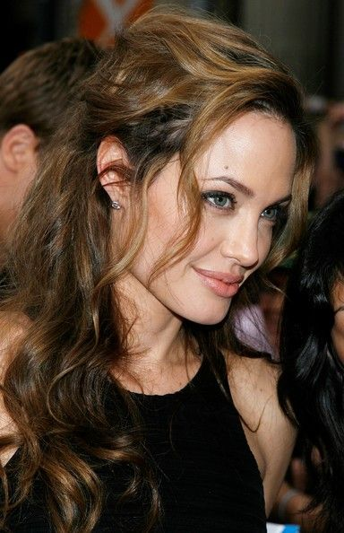 """Angelina Jolie Photos - Actress Angelina Jolie arrives to the Warner Bros. premiere of the film 'Ocean's 13' at Grauman's Chinese Theatre on June 5, 2007 in Hollywood, California. - Celebs arrive at Warner Bros. Premiere Of """"Ocean's 13"""""""