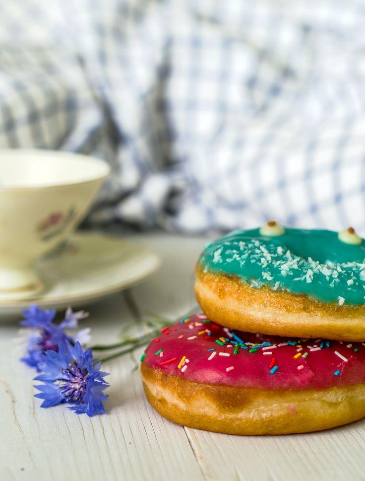 """Сотрудники пекарни """"Малина"""" вкладывают часть своей души и любви в каждое приготовленное кондитерское изделие. #пончики #сливки #глазурь #кокос #душа"""