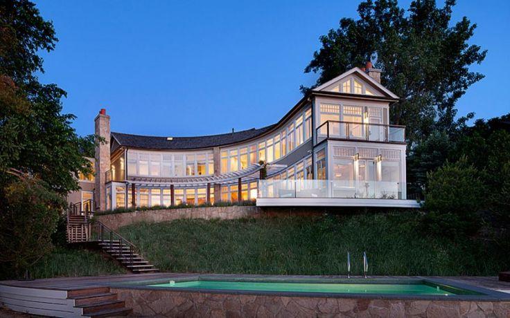 Kurvig mit Charisma: dieses ungewöhnliche Haus bietet einen wunderbaren Ausblick auf das Meer und hat einen klassischen, opulenten Stil
