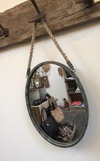 stoere ovale vintage retro spiegel met verweerde ijzeren rand   en dik touw  42.5 x 31 cm incl rand  totaal incl  touw 61.5 cm www.zuzzenzowonen.nl