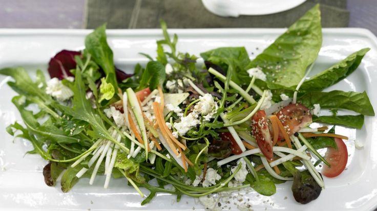 Ein raffiniertes Dressing verleiht der knackig-frischen Rohkost aromatische Tiefe: Gemischter Salat mit Gemüsestreifen und Schafskäse | http://eatsmarter.de/rezepte/gemischter-salat