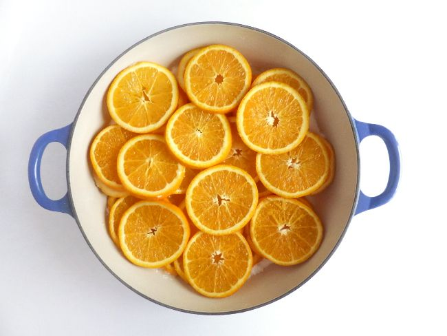 Festive and delicious recipe for candied orange slices. Candied orange slices can be dipped in chocolate, used to decorate cakes or just eaten as they are!