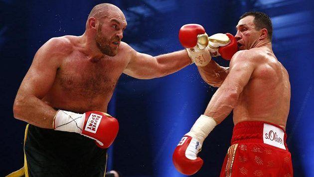 Tyson Fury (vlevo) v duelu s Vladimirem Kličkem.