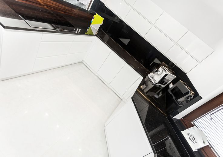 Studio Sułowicz ELEGANCKA BRĄZOWA KUCHNIA - Nowoczesna kuchnia w kolorze brązu z zachowaniem elegancji. Więcej na https://www.maxkuchnie.pl/galeria/kuchnia-otwarta/studio-sulowicz-elegancka-brazowa-kuchnia-254,955.html